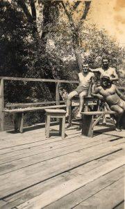 Užički mladići su uživali na platou Plaže Jadran van sezone