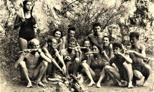 Mladići i devojke na plaži, uživaju u pečenom kukuruzu