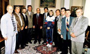 Drndarević i SPS svita u kabinetu predsednika opštine 1996, Olivera je ovaj put uspela da se ugura u fotografiju