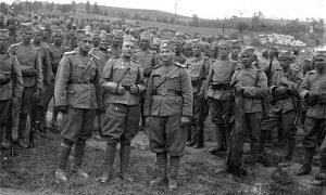 Jugoslovenska vojska pred polazak u Aprilski rat na livadi ispred kasarne u Krčagovu