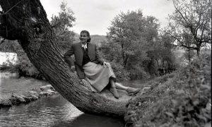 Mlada Užičanka na mestu gde se od Đetinje odvajaju jazovi početkom pedesetih godina 20 veka