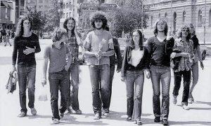 """Popularni """"Feniksi"""" sa prijateljima u šetnji Glavnom ulicom u drugoj polovini sedamdesetih"""