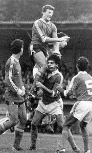 Brane Veselinović u skoku je protiv Mogrena 1983.