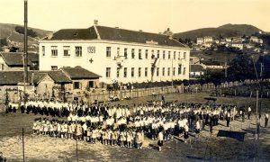 "Zgrade ""Sokolane"" i teren ispred tokom sletske manifestacije"