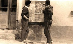 Carinjaši, Đure i Pinki, ispred reklame za bioskop