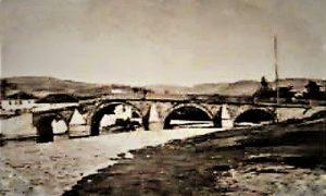 Đulijića ćuprija na staroj razglednici (izdavač knjižara Lazara Tričića, fotografisao Dimitrije Tešić, pre 1900)