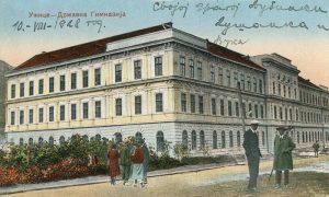 Obojena stara razglednica Užica sa Gimnazijom