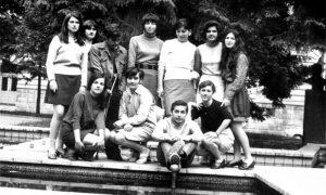 Gimnazijalci sa profesorkom engleskom kraj fontane u Parčiću