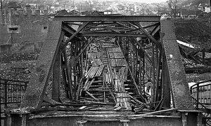 Fotografija mosta nakon rušenja krajem Drugog svetskog rata