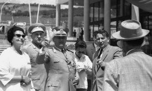 Tito i Jovanka na Trgu, kraj Kule, s Milanom Žeželjem i njegovom suprugom. Čovek sa šeširom Slobodan Penezić Krcun