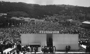 Govornica i publika u Krčagovu (fotografija Ilije Lazića)