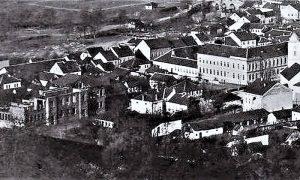 """Fotografija snimljena 1917. god. Druga užička osnovna škola na """"Lipi"""" je u izgradnji, ali se lepo vide kuće Vergovića preko ulice prema severu"""