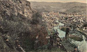 Austrijski vojnici se fotografišu na Starom gradu tokom okupacije Užica