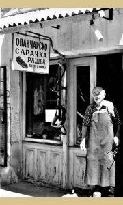 Poslednji užički opančar Milija Ćitić pred svojom radnjom