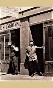 """Rade ispred svoje opančarske radnje 1959, a do njega umesto """"Zdravljaka"""" sajdžiska radnja Dragana Dimeca, koji je takođe na fotografiji"""
