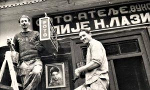 Moleri Spasoja Rajkovića Cara ispisuju firmu na radnji fotografa Ilije Lazića