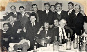 """Na zanatskoj zabavi u restoranu """"Pariz"""" probrane užičke gazde zanatlije, prvi za stolom Ratko Starčević moler"""