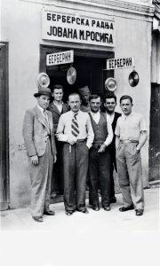 Jovo Rosić (sa kravatom) ispred svoje berberske radnje sa boemskim društvom
