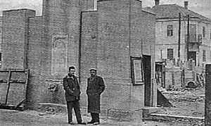 Jovo Rosić pored govornice sa uzidanom esnafskom česmom posle rata