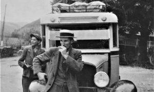 Vozač Šlanjo ispred jednog od Perišićevih autobusa koji je saobraćao do Bajne Bašte