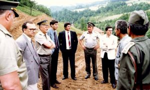 Opštinska vrhuška sa početka devedesetih zajedno sa oficirima obilaze radove