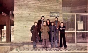 Ekipa Omladinskog kluba ispred zgrade pozorišta
