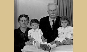 Ljubomir Romanović sa ženom i unukama