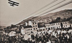 Aleksić visi na avionu nad Trgom oslobođenja 1948. god