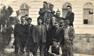 Rile sa drugarima ispred gimnazije 1950. godine