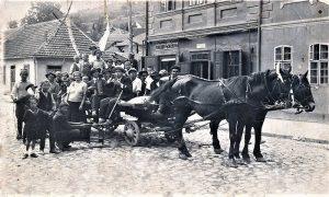 Pavle Pejat sa štapom i žirado šeširom boemiše uz harmonikaša na kolima kuma Vajde Ostojića