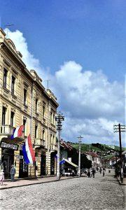 Tu gde je hotel Zlatibor i Koning zgrada, bila je Palata tkačnice sa lokalima, a u susedstvu Burlina kafana sa tendom