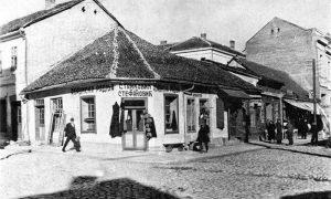 Stefanovićeva abadžijska radnja, na čijem mestu je izgrađena zgrada u kojoj je apoteka