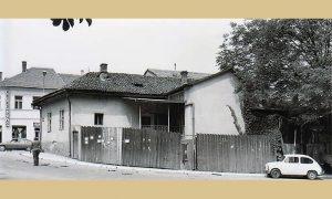 Ulaz u dvorište porodične kuće Ilije Lazića, foto studio je prema Glavnoj ulici