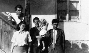 Ispred porodičene kuće u Sarajevskoj ulici s desna: Sreten, Milena-Pinja, Majka Dada drži Pinjinu ćerki Vesnu i Krcun 1950. godine