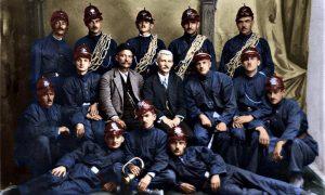 Dobrovoljci vatrogasci pri Opštini 1923. godine, s leva u drugom redu treći - Jehlička komandant, do njega u civilu Petar Ćelović, moj deda Vitomir Kovačević stoji prvi s leva