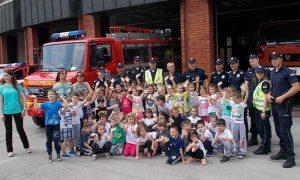 Deca iz vrtića sa vatrogascima ispred Vatrogasnog doma (foto Info Era)