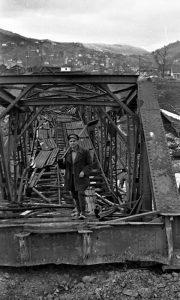 Prelomljen železnički most kod zgrade Crvenog krsta