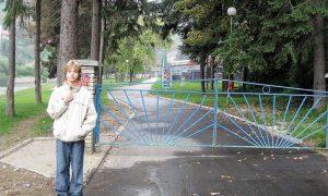 Kapija sporskog centra u Velikom parku, pre nego su posečeni veliki borovi