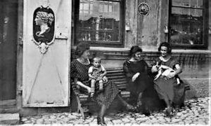 Tri Ljubine kćeri Anđelija, Danica i Desanka 1923. godine na klupi ispred apoteke na Žitnom pijacu
