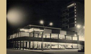 """Tek otvorena Robna kuća """"Progres"""" noću (foto Vlajko Kovačević)"""