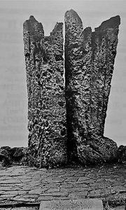 """Spomenik """"Lomača"""" na Dovarju"""