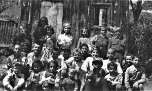 Deca sa Rosulja u dvorištu Gardića 1951. god.