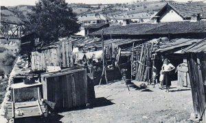 Na mestu današnje javne garaže bilo je jedno vreme sirotinjsko naselje sa udžericama