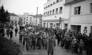 Orkestar Doma JNA paradira centrom Užica, kapelnik Ivan Knific napred