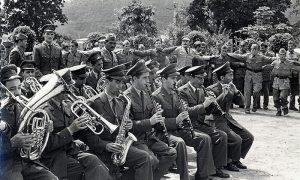 Dan armije, slavlje u kasarni, u kolu popularni užički oficir Panto Zubac