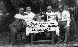 """Boemsko društvo u kafani """"Robijaško kupatilo"""", ispod brda Sarića Osoja, u sredini Sima i Milan"""