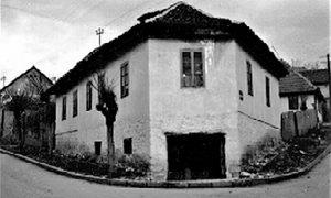 Jedna od nekadašnjih prepoznatljivih kuća na Rosuljama sa bunarom na čekrk u dvorištu