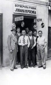 Jovan Rosić sa svojim prijateljima s kojima je svirao i pevao ispred svoje berberske radnje