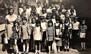 Tanja Obrenović kada je pošla u prvi razred, devojčica u belom sa kikama