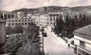 Centar Užica snimljen avgusta 1964, esnafska česma je tada na trgu